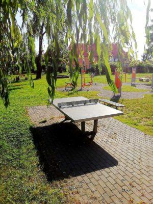 zewnętrzny stół do tenosa stołowego apartamentu fabryka endorfin w kłodzku/playground in apartment Fabryka Endorfin Klodzko