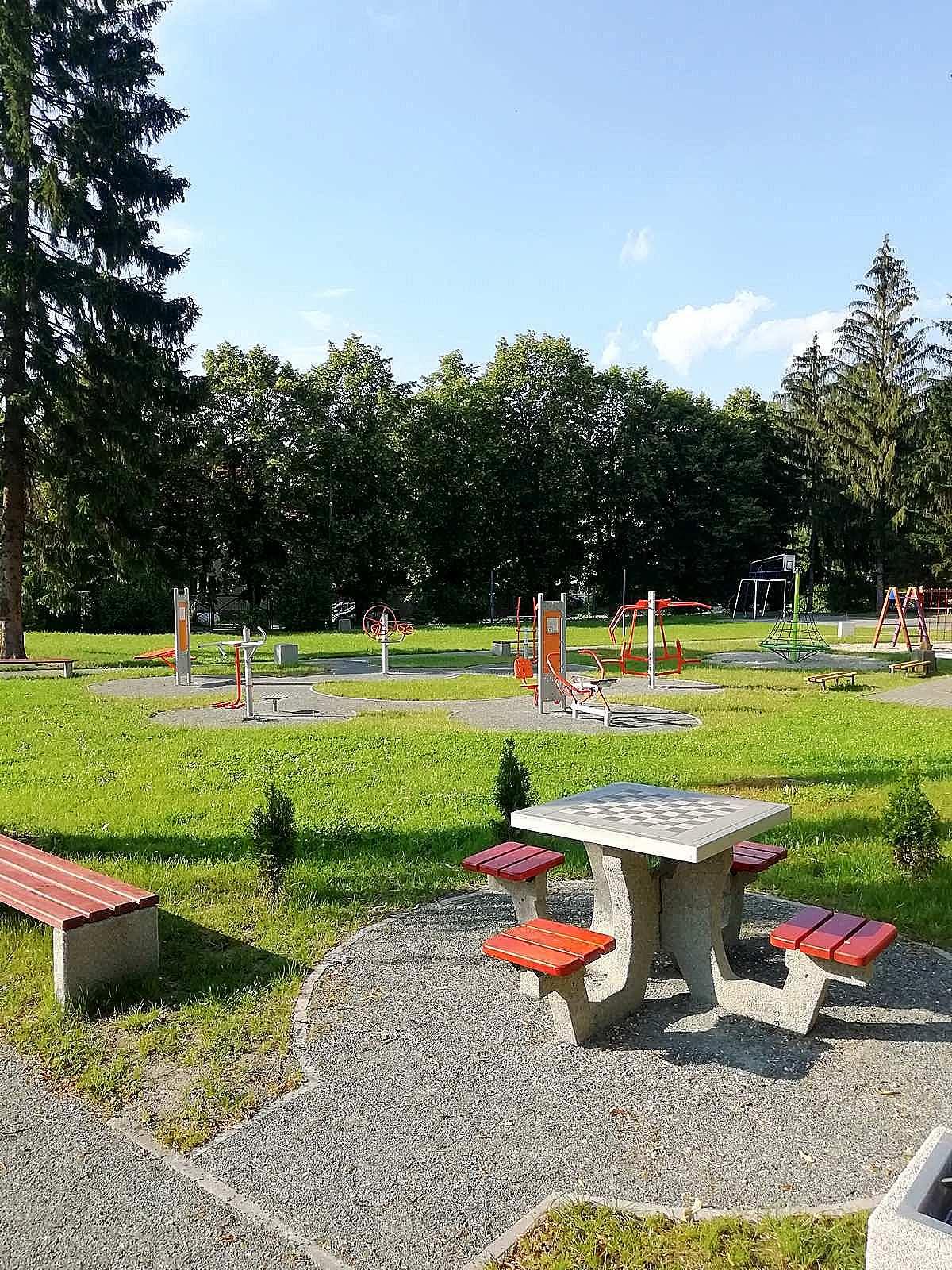 plac zabaw stół szachowy apartamentu fabryka endorfin w kłodzku/playground in apartment Fabryka Endorfin Klodzko