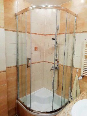 łazienka prosznic apartamentu fabryka endorfin w kłodzku/bathroom in apartment Fabryka Endorfin Klodzko